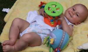 lächelndes Baby auf einer Spieldecke