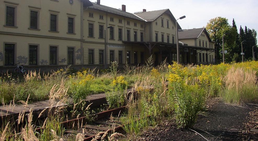 In Seifhennersdorf (hier der Bahnhofsgebäude) spitzt sich der Streit um die Schule zu. Foto: Mirek 256 / Wikimedia Commons (CC BY-SA 3.0)