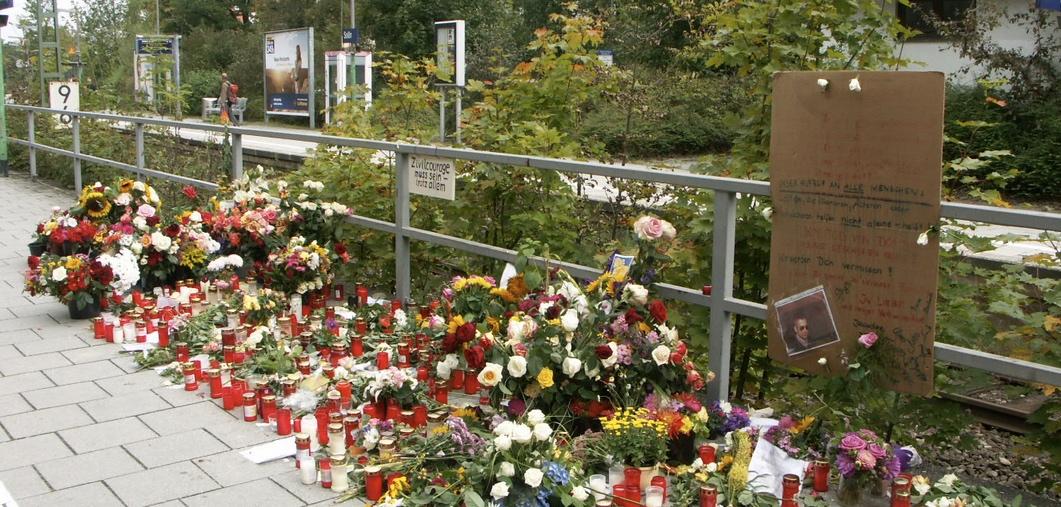 "Gedenken an Dominik Brunner vor dem Bahnhof in Solln (2009). Foto: "" Alexander Kerschhofer / Wikimedia Commons (CC BY-SA 2.5)"