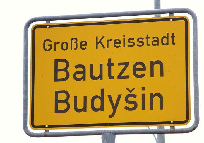 Amtssprache Sorbisch: Zweisprachiger Name auf dem Ortsschild von Bautzen. Foto: Julian Nitzsche, / Wikimedia Commons (CC-BY-SA 3.0)