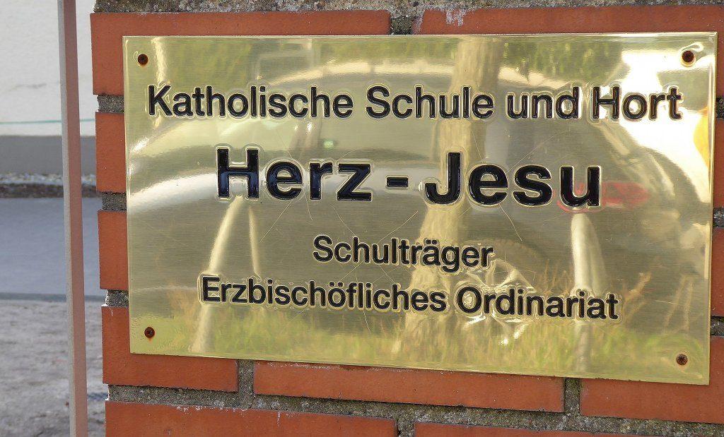 Lehrer an Bekenntnisschulen könnten nach Kirchenrecht zwar verbeamtet werden, doch das können sich die Kirchen offenbar nicht leisten (Symbolbild). Foto: Fridolin freudenfett / Wikimedia Commons (CC BY-SA 4.0)