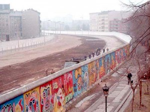 Eine Grenzstreife der DDR am Bethaniendamm in Berlin-Kreuzberg 1986. (Foto: Noir/Wikimedia CC BY-SA 3.0)