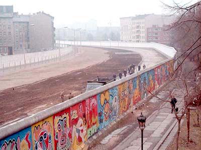 Wie die DDR an thüringischen Schulen behandelt wird, weiß so genau derzeit niemand. (Grenzstreife der DDR am Bethaniendamm in Berlin-Kreuzberg 1986 - Foto: Noir/Wikimedia CC BY-SA 3.0)