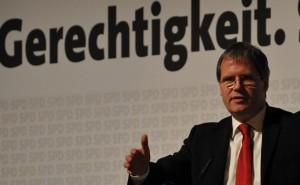 Hält die Gewerkschaftsforderungen für maßlos überzogen: Sachsen-Anhalts Finanzminister Jens Bullerjahn (SPD), hier auf einem SPD-Parteitag. Foto: Yaway-Media, Wikimedia Commons (CC BY-SA 3.0)