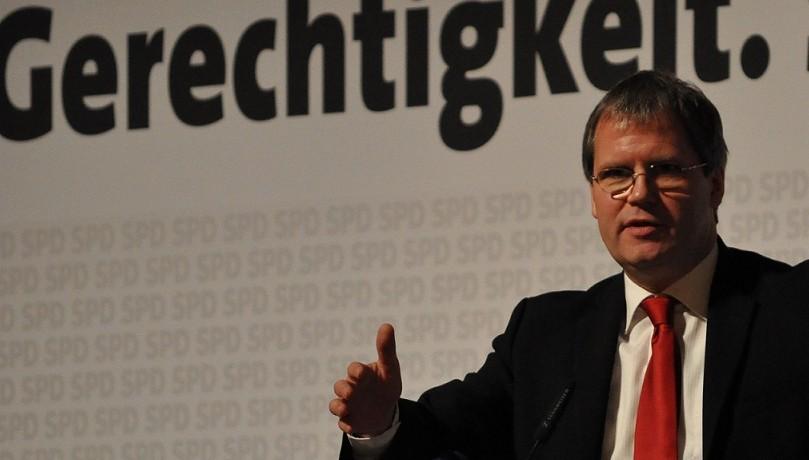 Hält die Gewerkschaftsforderungen für überzogen: Sachsen-Anhalts Finanzminister Jens Bullerjahn (SPD), hier auf einem SPD-Parteitag. Foto: Yaway-Media, Wikimedia Commons (CC BY-SA 3.0)