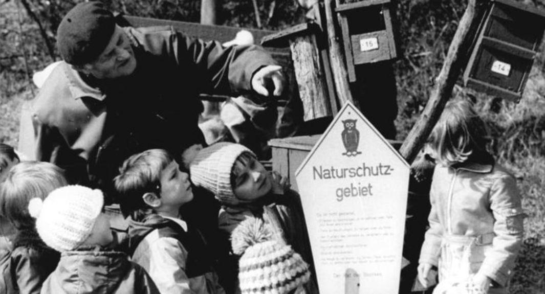 """Naturkunde-Unterricht am """"außerschulischen Lernort"""" 1979. Foto: Bundesarchiv, Bild 183-U0504-0301 / CC-BY-SA / Wikimedia Commons"""