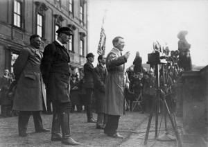 Adolf Hitlers Ansprache bei der Reichspräsidentenwahl 1932 in Berlin. (Bundesarchiv, Bild 102-14271B / CC-BY-SA)