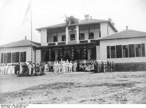 Eine der ersten deutschen Schulen im Ausland war die Schule in China, Tsingtau.- Einweihung des neuen Schulhauses am 2. September 1901 in Tsingtau. (Foto: Bundesarchiv)