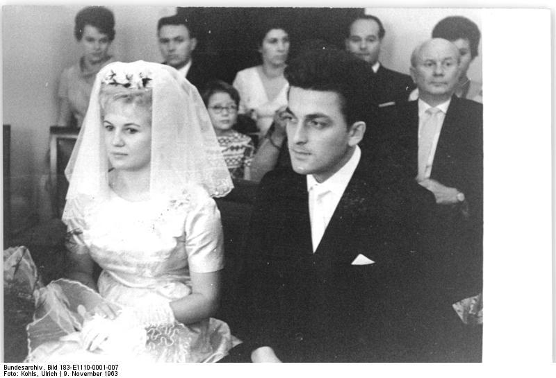Noch vor kurzem war eine Heirat für Viele eine Selbstverständlichkeit - hier das DDR Sportlerpaar Ingrid Krämer und Hein Engel im Jahr 1963. (Foto: Bundesarchiv, Bild 183-E1110-0001-007 / Kohls, Ulrich / CC-BY-SA)