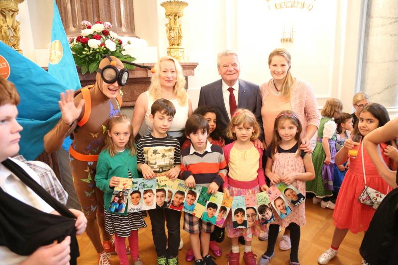 Bundespräsident_Joachim_Gauck_mit_Vite_dem_Maskottchen_des_Schulwettbewerbs_und_den_Preisträgerinnen_und_Preisträgern_der_Friedrich-Ludwig-Jahn-S