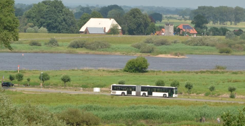 Schulbus in einer ländlichen Flusslandschaft