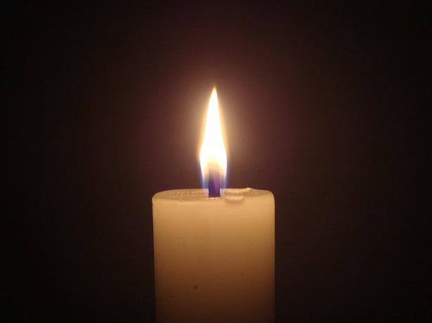 Mit Kerzen gedenken die Schüler des Verunglückten. Foto: Arivumathi / Wikimedia Commons (CC BY-SA 3.0)