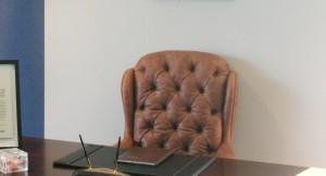 Chefsessel hinter einem Schreibtisch