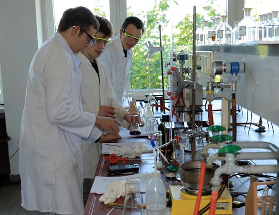 Training im Vorbereitungslabor in Kiel für die 42. Internationale Chemie Olympiade in Tokio. Foto: Leibniz Institut für die Pädagik der Naturwissenschaften und der Mathematik.