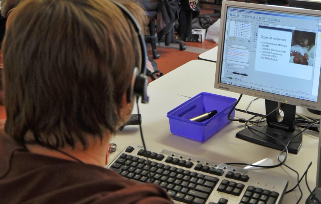 Beim E-Learning kann die Software selbst dem Schüler über die Schulter schauen. Foto: Sarah Stewart / flickr (CC BY 2.0)