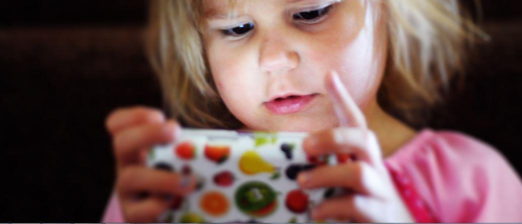 Gebannt: Mädchen vor Smartphone-Schirm. Foto: r. nial bradshaw / flickr (CC BY 2.0)