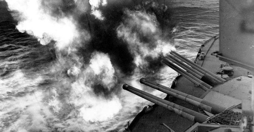 Feuerschutz für die Landungstruppen am D-Day durch die USS Nevada. Foto: National Archives