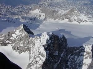 Luftaufnahme des Dachstein aus ca. 3.600m mit Niederer Dachstein (links) und Gjaidstein (im Hintergrund). Foto: Ralph Deleja-Hotko/Wikimedia CC-BY-SA-3.0-DE)