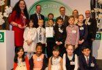 Gruppenbild mit Schülern: Die Preisverleihung an die Rostocker Grundschule am Mühlenteich. Foto: Deichmann Förderpreis
