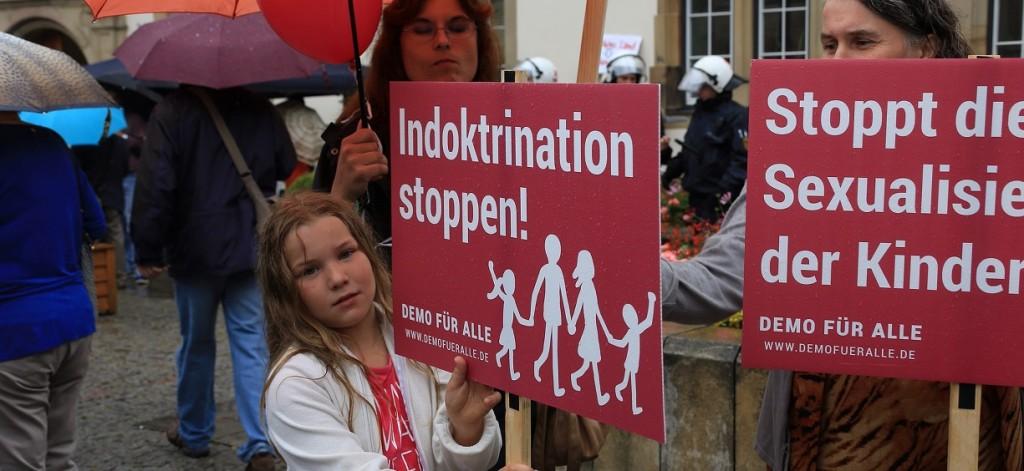 """Das Bild zeigt eine Szene aus einer Demonstration gegen """"Sexuelle Vielfalt"""" im Unterricht am 28. Juni 2014 in Stuttgart.) Foto: Demo für Alle / flickr (CC BY-SA 2.0)"""
