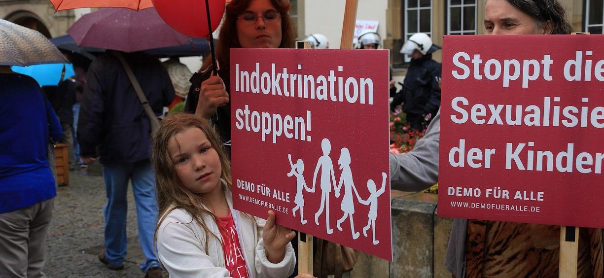 """Unter dem Motto """"Ehe und Familie vor! Stoppt Gender-Ideologie und Sexualisierung unserer Kinder"""" wollen die Bildungsplangegner in Stuttgart wieder auf die Straße gehen. (Das Bild zeigt eine Szene aus einer Demonstration am 28. Juni 2014 in Stuttgart.) Foto: Demo für Alle / flickr (CC BY-SA 2.0)"""