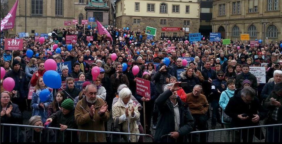 """Nach Angaben der Veranstalter nahmen unlängst 2.416 Menschen an der """"Demo für alle"""" in Stuttgart gegen den Bildungsplan teil. Foto: Demo für alle"""