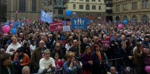 """Mehr als 5.000 Menschen demonstrierten heute in Stuttgart gegen eine zunehmende Thematisierung von """"Sexueller Vielfalt"""" im Unterricht. Foto: Demo für alle"""