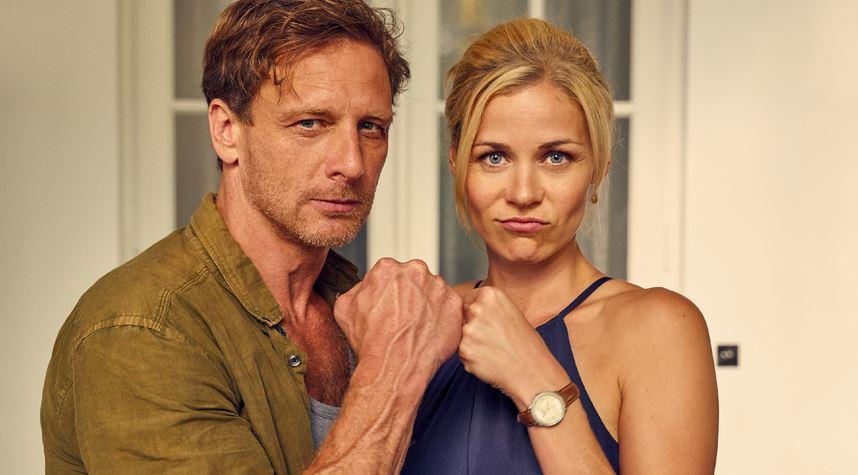 Traumlehrer für Millionen von Deutschen: Stefan Vollmer (gespielt von Hendrik Duryn) und Konkrektorin Karin Noske (Jessica Ginkel). Foto: RTL