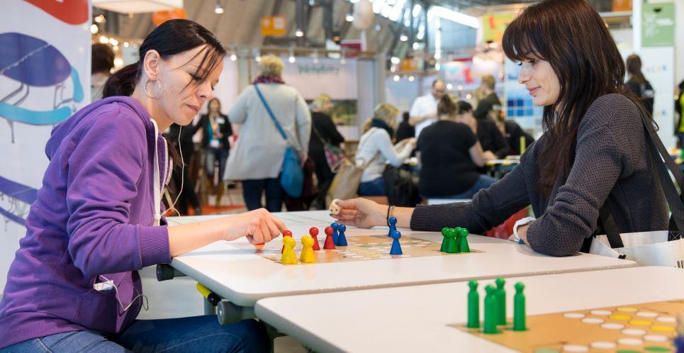 Digitale Bildung steht tatsächlich, nicht bei allen Anbietern im Mittelpunkt - hier geht's um ein analoges Mensch-ärgere-dich-nicht-Brettspiel. Foto: Messe Stuttgart