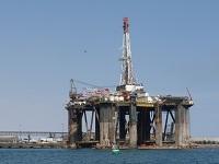 Die Suche nach Erdöl wendet oft auf dem Meer. Hier eine Ölplattform vor Afrika. (Foto: Dieter Schuetz/pixelio)