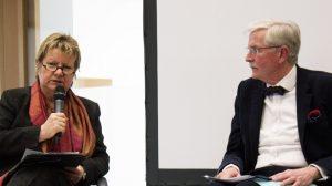 NRW Schulministerin Löhrmann und Professor Hans Jürgen Schlösser sind sich einig über den Stellenwert der ökonomischen Bildung, nicht aber darüber, wie sie in der Schule angedockt werden soll. Foto: Universität Siegen