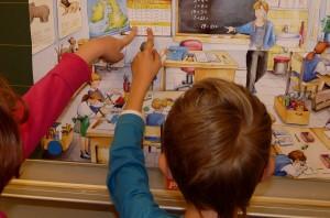 Zwei Schüler vor einem Poster