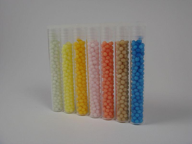Wirksam oder nur ein Placebo? Bei der Herstellung von Globuli wird der Wirkstoff so stark verdünnt, dass kein einziges Molekül davon mehr in den kleinen bunten Pillen zu finden ist. Foto: Hofapotheke St. Afra, Apotheker Tobias Müller / Wikimedia Commons