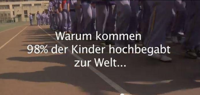 """Szene aus dem Trailer zum Film """"Alphabet"""". (Screenshot). Zum Trailer: Link siehe unten"""