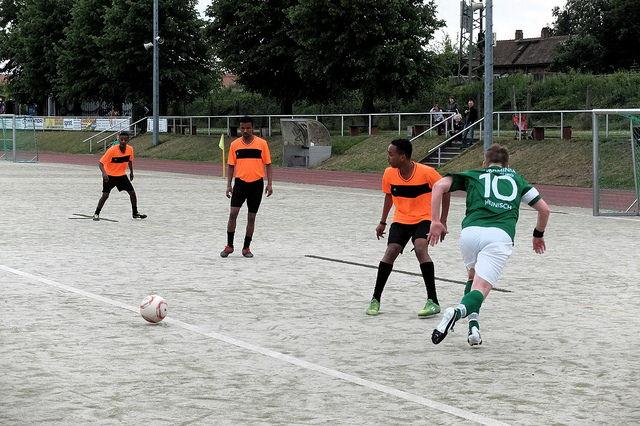 Freundschaftsspiel zwischen der 2. Kleinfeldfussballmannschaft des SV Arminia Magdeburg und einem Team aus Flüchtlingen v.a. aus Somalia und Eritrea. (Foto: Marcbiskup/Flickr CC BY-SA 2.0)
