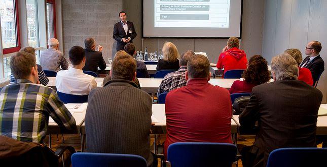 Wie sinnvoll ist es, die Teilnahme von Lehrern an Fortbildungsveranstaltungen zu kontrollieren? Chemie-Verbände Baden-Württemberg / flickr (CC BY 2.0)