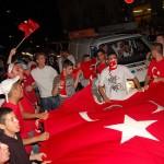 Integration: Türkische und deutsche Jugendliche feiern gemeinsam nach einem Spiel Türkei gegen Deutschland bei der Fußball-Europameisterschaft 2008. Foto: Fotos for social change / Jakob Huber / Flickr