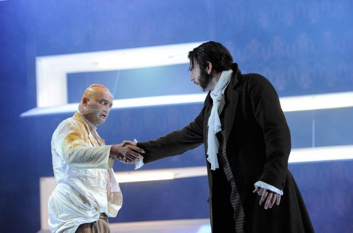 Eindrucksvolle Performance: Axel Holst (l.) als Monster und Thomas Meczele als Frankenstein. Foto: Schauspiel Essen