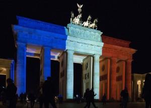 Wir sind Paris: Nach den Anschlägen wurde das Brandenburger Tor in den Farben der französischen Nationalfragge angestrahlt. Foto: Sandro Schroeder / Wikimedia Commons (CC BY 2.0)