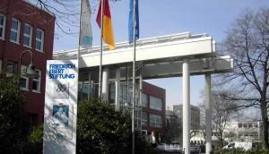 Die Friedrich-Ebert-Stiftung (hier der Eingang zum Hauptsitz in Bonn) bescheinigt der grün-roten Schulpolitik in Baden-Württemberg einige Erfolge und höheres Ansehen, als erwartet. Foto: Qualle / Wikimedia Commons (CC BY-SA 3.0)