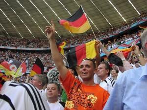 Fußballfans im Münchener Olympiastdion während der WM 2006. (Foto: Missenheim.de/Flickr CC BY 2.0)