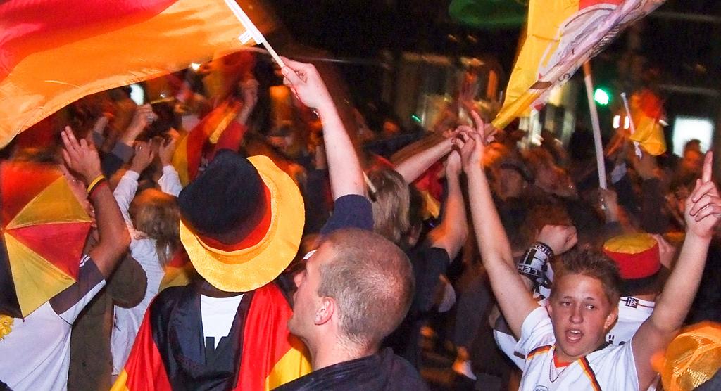 Bei der WM kann es schon mal spät werden, die möglichen Spiele der deutschen Mannschaft beginnen um 18:00, 21:00 und 22:00 Uhr. Foto: arne.list /flickr (CC BY-SA 2.0)