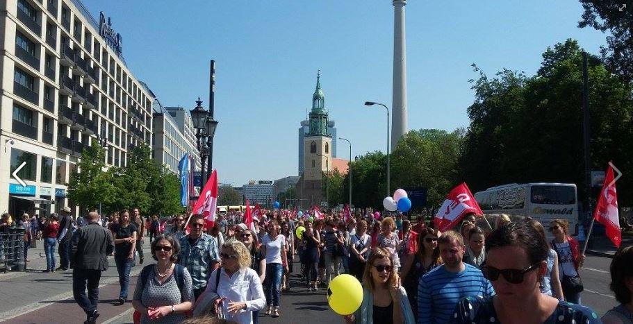 Tausende angestellte Lehrer demonstrierten für die finanzielle Gleichstellung mit ihren verbeamteten Kollegen. Foto: GEW Berlin