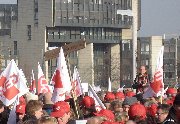 Die GEW in Nordrhein-Westfalen mobilisiert ihre Mitglieder - wie im Tarifstreit 2009, als Gewerkschafter vor dem Düsseldorfer Landtag protestierten. Foto: MbDortmund / Wikimedia Commons