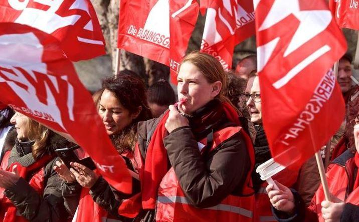 Die GEW - hier Mitglieder bei einer Aktion im Tarifstreit - macht für höhrere Lehrergehälter mobil - jetzt auch für die Beamten. Foto: Archiv/GEW