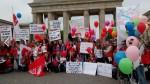In Berlin wird verhandelt - und demonstriert: Erzieherinnen vor dem Brandenburger Tor. Foto: GEW