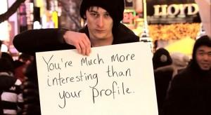 Gardiner hält das soziale Netzwerk Facebook für etwas, was uns zu unsymphatischen Egoisten und Selbstdarstellern macht. (Bild: Eigener Screenshot http://www.youtube.com/watch?v=8UouP8cRYZ8)