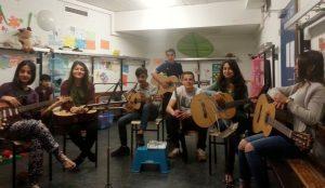 Die sprachliche Verständigung ist kein Problem und die Jugendlichen Gitarrenschüler machen gute Fortschritte. Bild: Musikbrücke e.V.