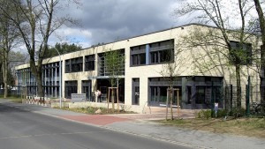 Ausgezeichnetes Schulgebäude: die Grundschule Niederheide in Hohen Neuendorf. Foto: Havelbaude / Wikimedia Commons (CC BY-SA 3.0)
