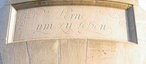 """""""Lerne um zu leben"""": Inschrift über einem Seiteneingang des Gutenberg-Gymasiums. Foto: Christoph Hoffmann / Flickr (CC BY-SA 2.0)"""